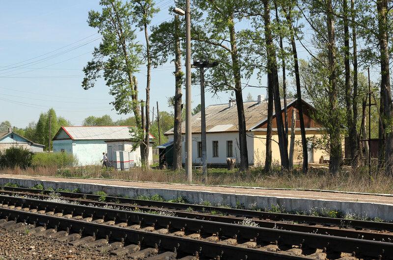 Платформа и здание ДСП на станции Осуга
