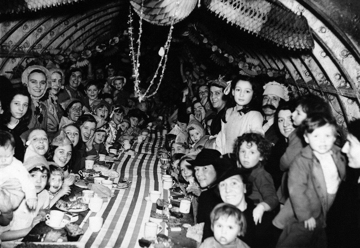 1940. Лондонские дети празднуют Рождество в подземке. 25 декабря