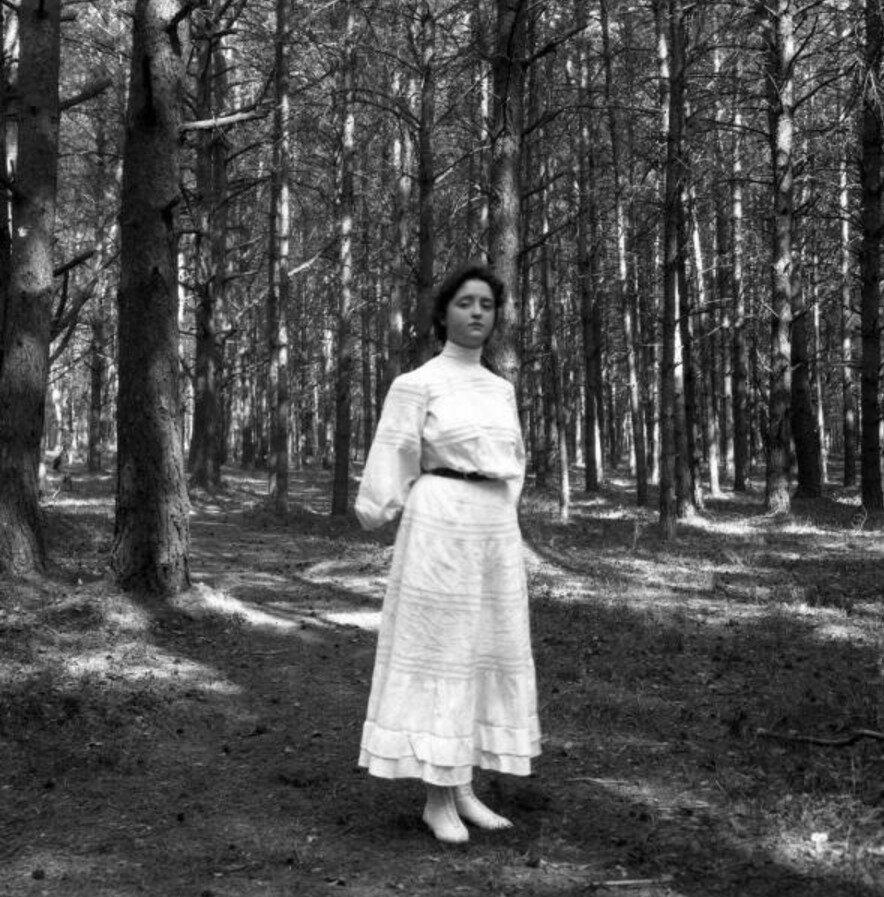 1904. Вешняки. Маня в лесу за дачей