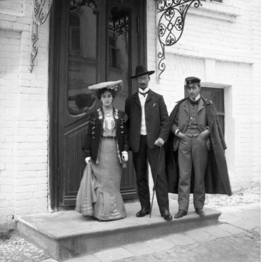 1904. Анета, Володя и Александр Георгиевич во дворе дома Кирхгоф