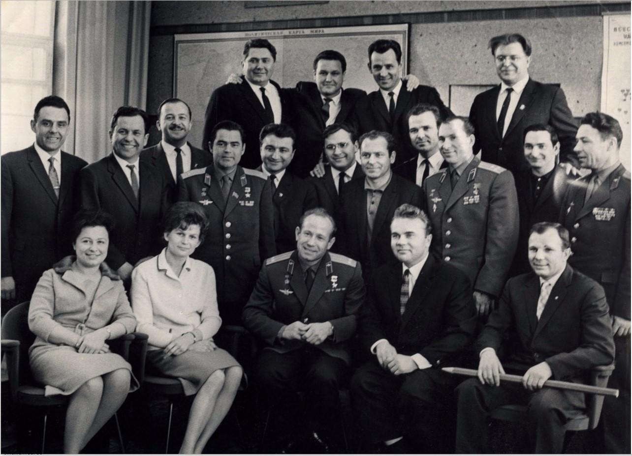 1966. Первый слева в первом ряду – Юрий Гагарин (на карандаше надпись  «С Новым Годом 1967»)