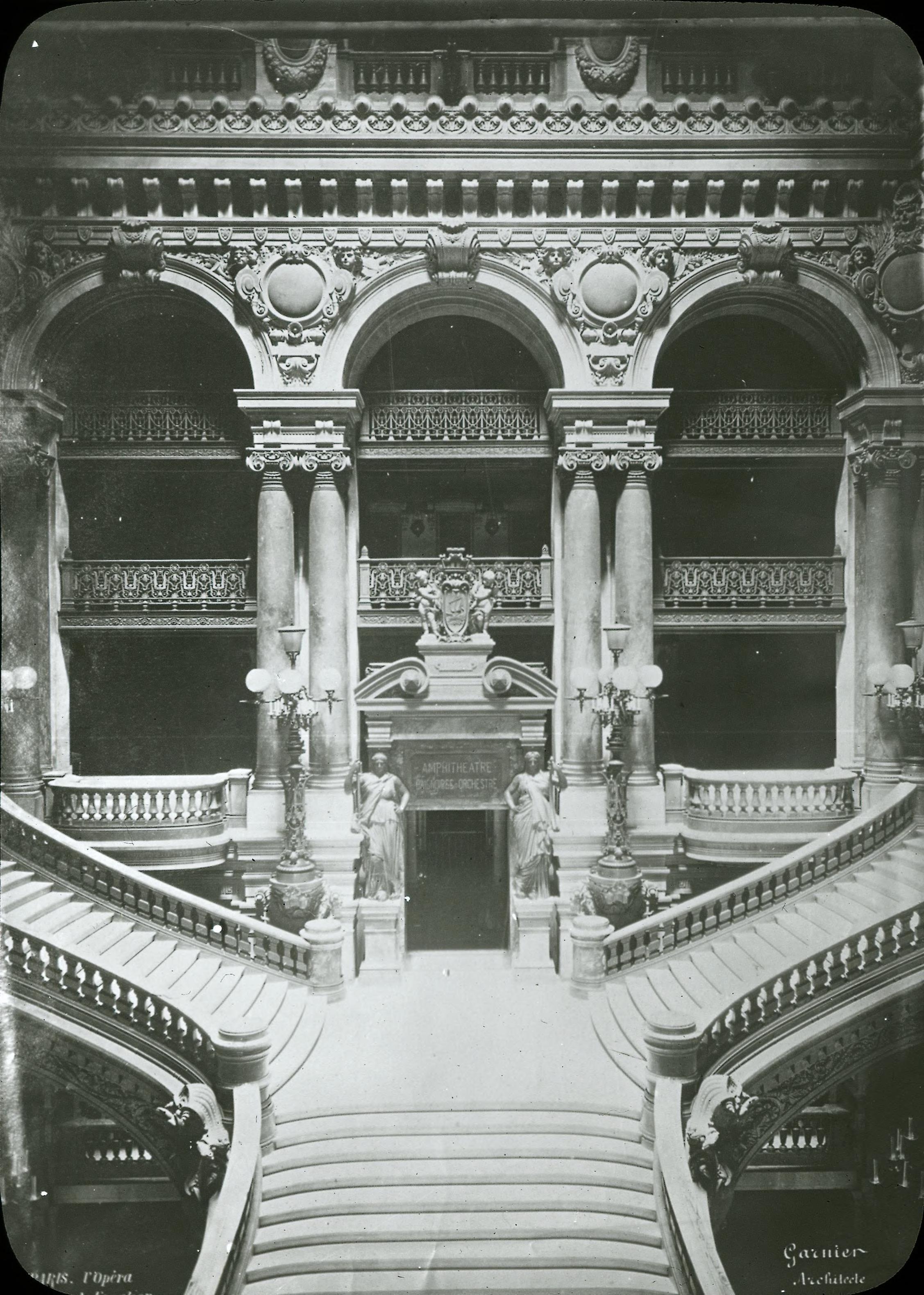 Опера. Вид на Главную лестницу со второго этажа