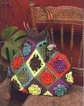Красивая вязаная сумка крючком из ярких мотивов с цветами и с круглыми ручками. .