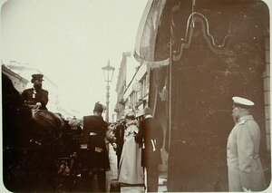Вдовствующая императрица Мария Фёдоровна выходит из здания Совета Общества.