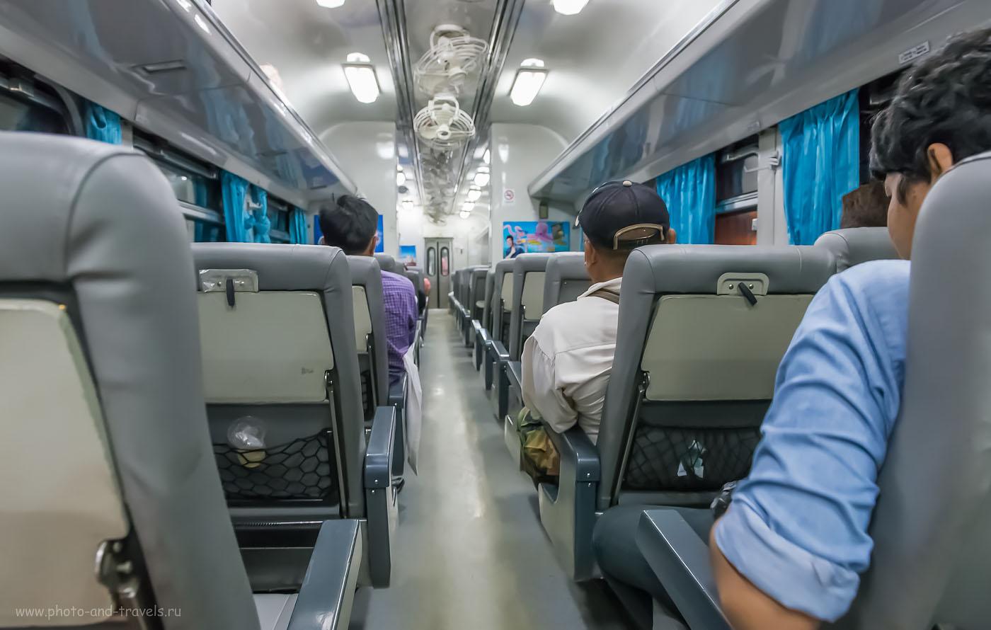 Фотография 11. Так выглядит сидячий вагон второго класса в тайском поезде. Поездка из города Пхитсанулок в Бангкок. ISO 5000, 24мм, f/5.6, 1/15 секунды)