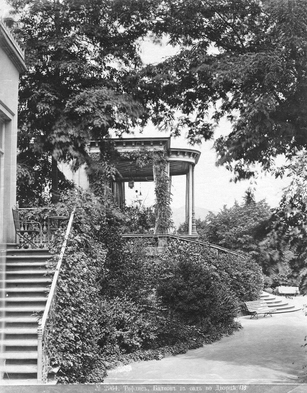 Балкон в сад во дворце