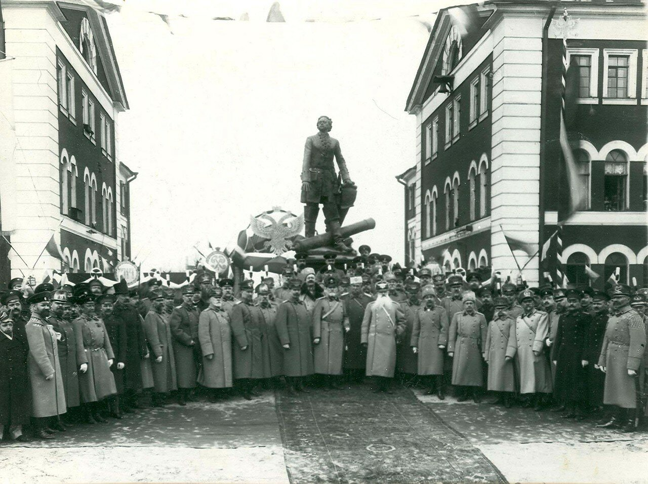 11. Группа участников празднования 200-летия Арсенала у памятника Петру I , открытого в день юбилея. 21 апреля 1914