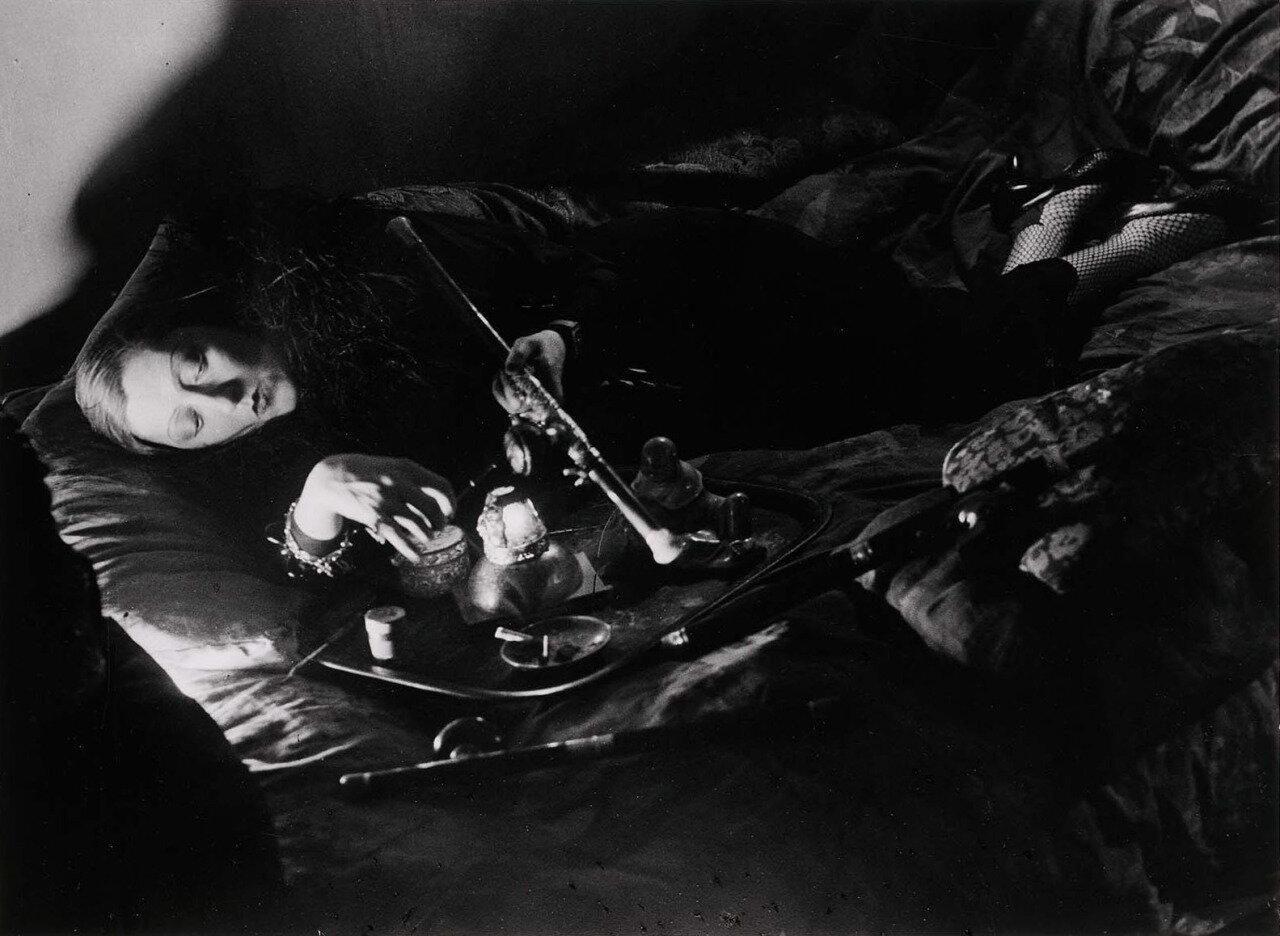 1931. В притоне курильщиков опиума.  Курильщица опиума