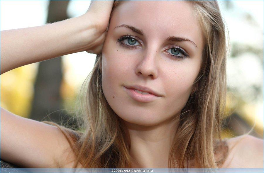 Очаровательная блондинка на природе (19 фото)