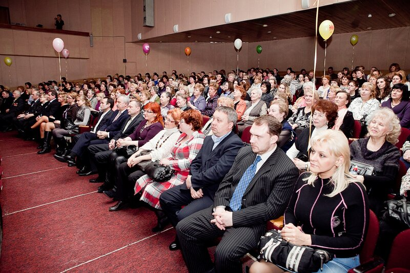 Одинцовских женщин мэр Александр Гусев поздравил в КСЦ «Мечта» искренними теплыми словами и большим весёлым концертом…