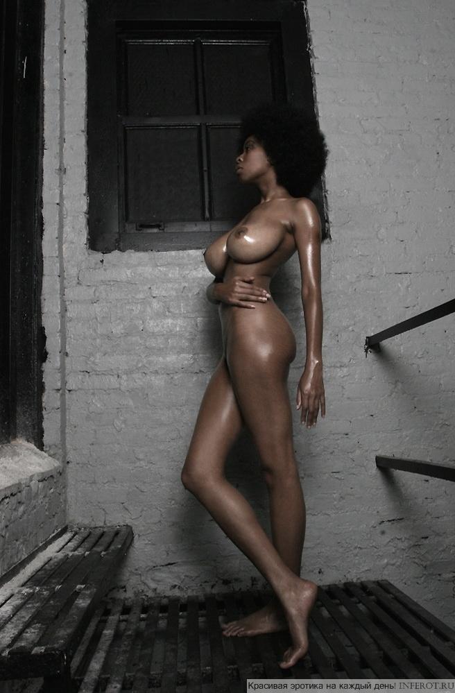 Темнокожая девушка с большим бюстом...