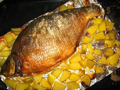 Запеченный лещ с картошкой в фольге в духовке рецепт 150
