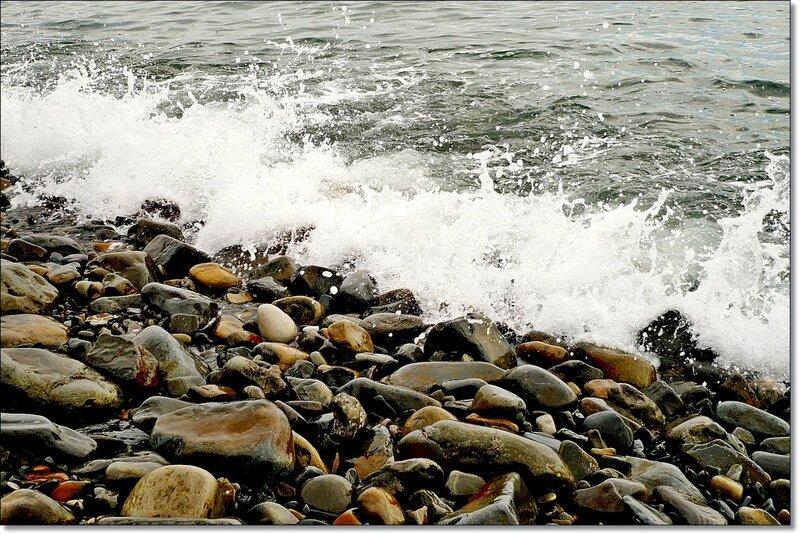Камни на берегу моря 3