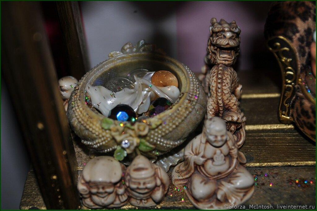 В русской традиции это и веник, установленный у двери метелкой вверх, и символы домовенков, которые заметают в дом финансы в виде купюр и монет