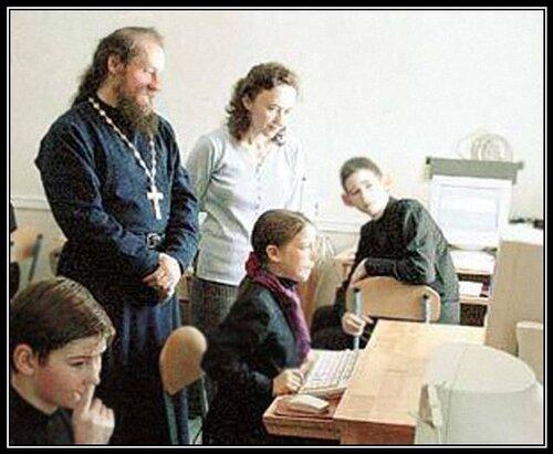 18732-pravoslavnaia demotivatsiia po ukazke popa rukami shkoloty