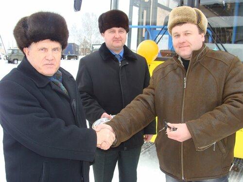 Глава района Н.Д.Вахин вручает ключи М.С.Маслову