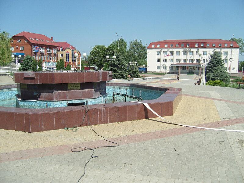Усть-ЛабИнск. Здание админов. Купание в фонтане - 1000р. Но воды нету