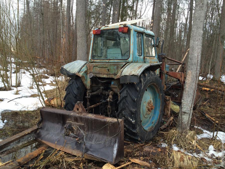 трактор застрял в лесу