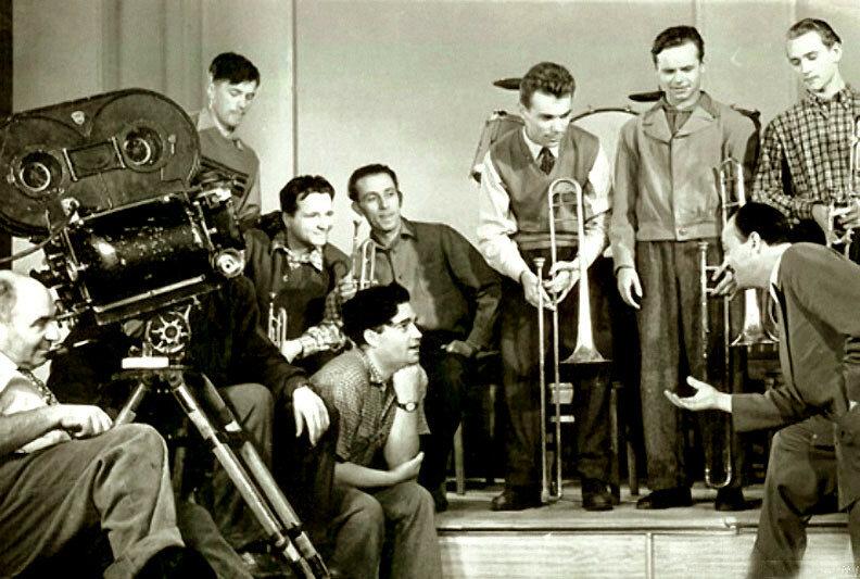 Эльдар Рязанов и оркестр Эдди Рознера на съёмках фильма Карнавальная ночь.jpg