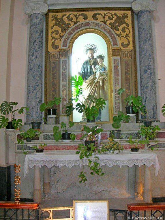 Египет. Александрия. Скульптура святого праведного Иосифа Обручника с Младенцем Иисусом на руках в католическом костеле во имя святой Екатерины.