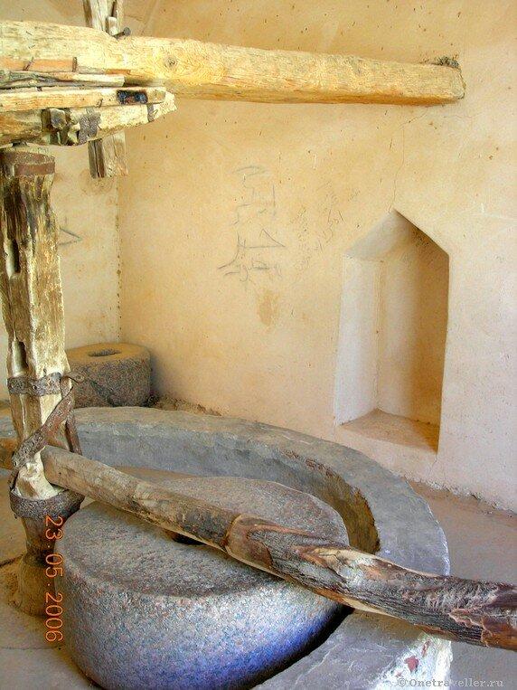 Египет. Коптский монастырь Эль-Барамос. Древние жернова.
