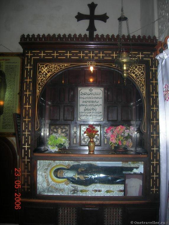 Египет. Коптский монастырь Эль-Барамос. Рака с мощами святого.