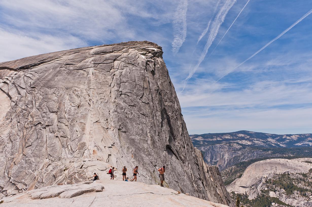 США. Калифорния. Скала Хаф-Доум (2694 м над уровнем моря). Объект является одним из символов Национа