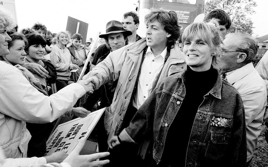 Пол и Линда Маккартни поддерживают демонстрантов, которые устроили акцию протеста против сноса больн