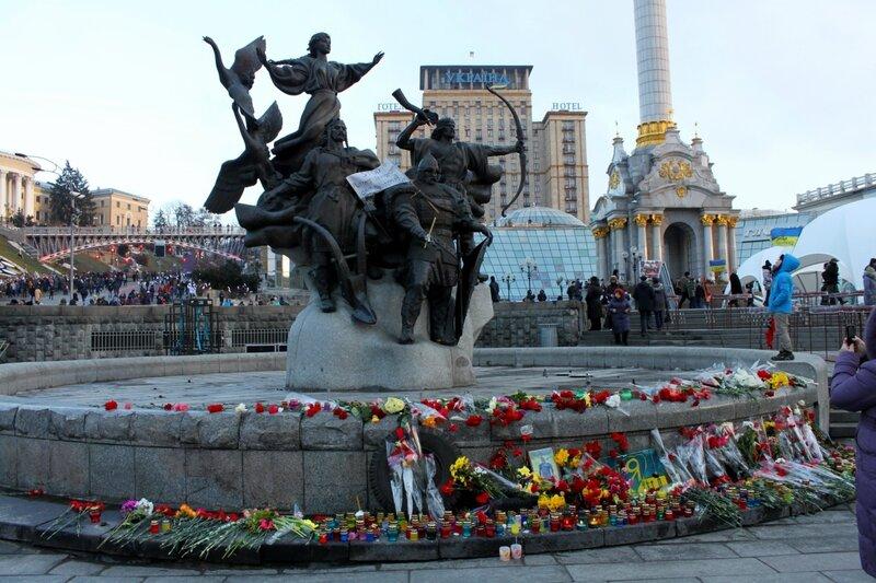 Цветы под памятником основателям Киева