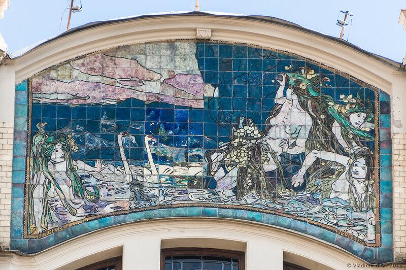 Майоликовое панно «Купание наяд» на главном фасаде гостиницы «Метрополь»