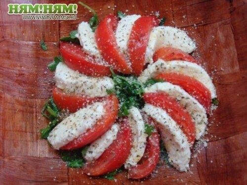 Руккола с моцарелой и помидорками