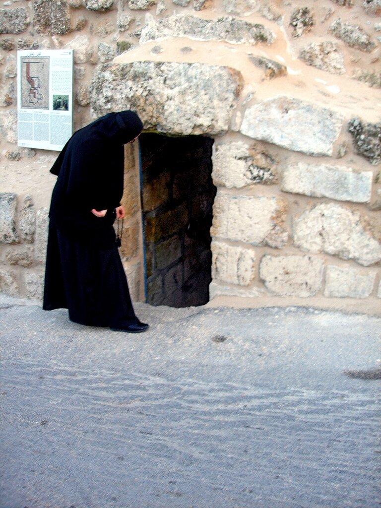 У входа в гробницу св.Лазаря