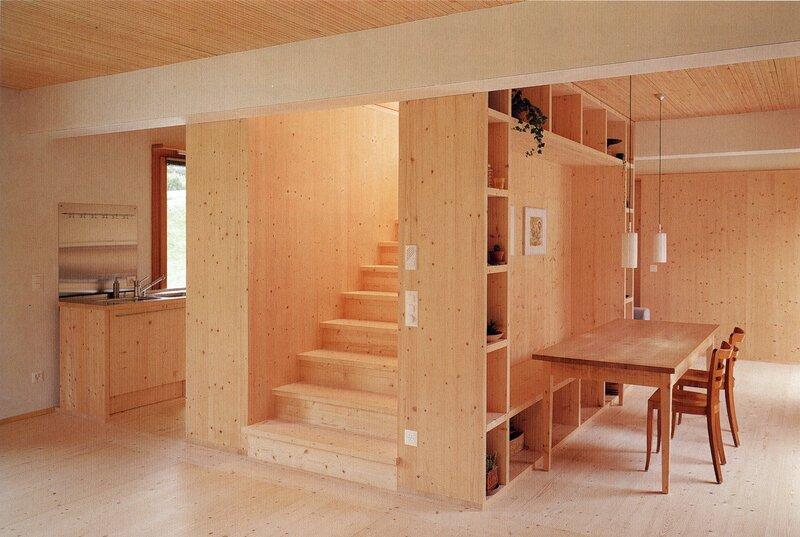 Жилой дом, гостиная, столовая, спальня, лестница в середине дома, туалет под лестницей, терраса, бойлерная, ландшафт, план первого этажа