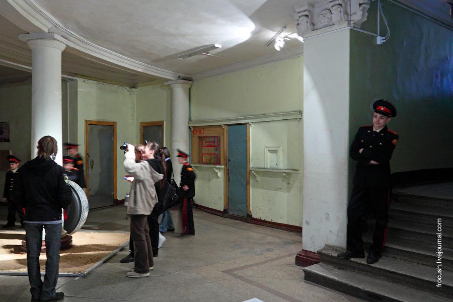 нижняя часть здания речного вокзала Твери
