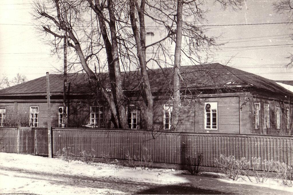 Здание фабрики у беседки на Бельском