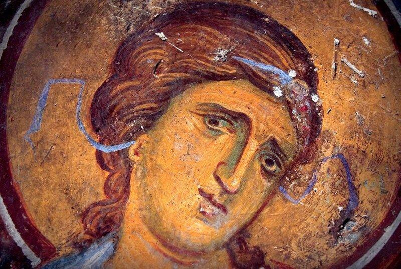 Распятие Христа. Фреска церкви Богородицы в Студенице, Сербия. 1208 - 1209 годы. Фрагмент. Скорбящий Ангел.