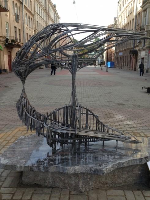 Скульптура с голубем в Санкт-Петербурге Поцелуй