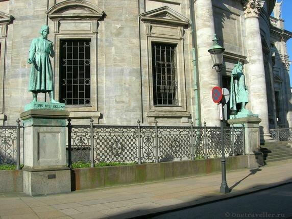 Дания. Копенгаген. Статуи вокруг Мраморной церкви.
