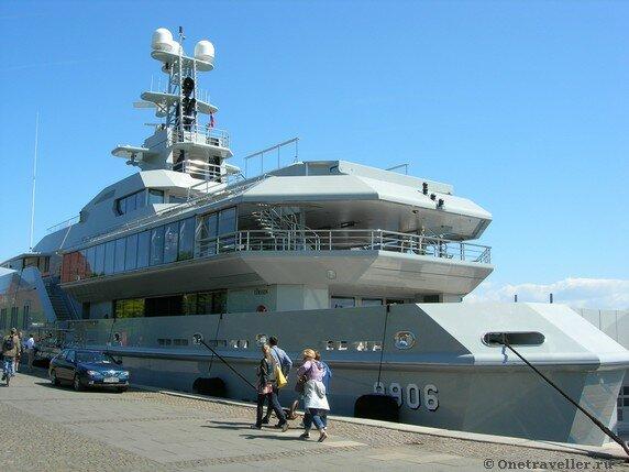 Дания. Копенгаген. Военный корабль на набережной.