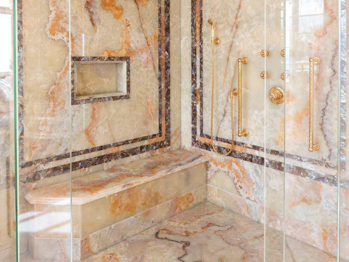 14. В душе, отделанном мрамором, есть и сидячий, и тропический душ.
