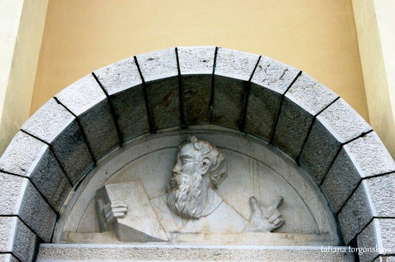 Барельеф над входом в храм