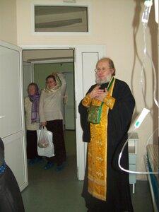 7 января 2011  года. Священник храма Веры, Надежды, Любови в 11 больнице
