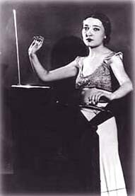 Клара Рокмор играет на терменвоксе, 1930-е