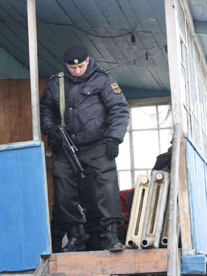 Во Владивостоке судебные приставы с автоматами выселили семью из дома