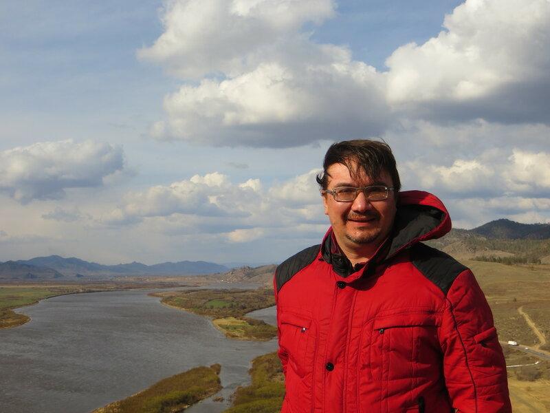 Александр Колотов на фоне Селенги (Бурятия, 4 мая 2015 г.)