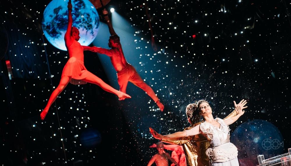 © tobelove.ru  Присутствующие могли сбалконов наблюдать застилизованным танцем иакробатичес