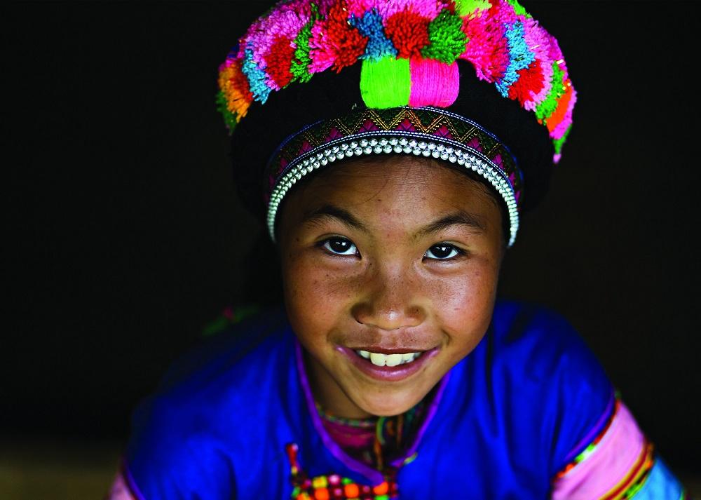 У каждого племени свой рисунок на ткани и набор цветов. Портрет ребенка в Сапа.