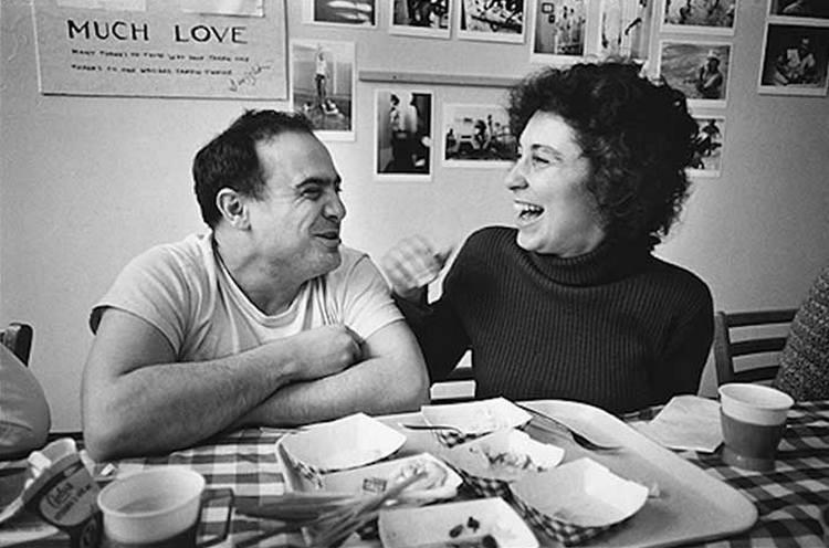 Денни де Вито и его жена Реа Перлман во время перерыва на съемках фильма «Пролетая над гнездом