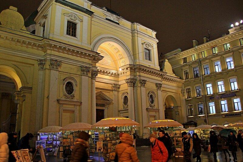 Арт-маркет, продажа картин перед базиликой Святой Екатерины Александрийской на Невском проспекте в Санкт-Петербурге
