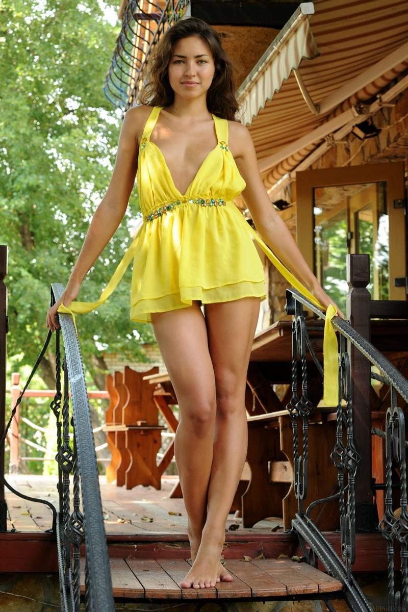 Показала свою красивую писю под желтым платьем